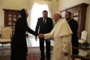 Dodik sa papom Franjom i o Stepincu, razmenili poklone