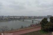 Pojedini novosadski parkovi puni ljudi, preskakali ogradu da uđu