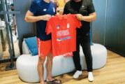 """Novak dobio majicu """"Srbija te zove 2021"""""""