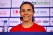 Jovana Preković nosi zastavu Srbije na zatvaranju Igara